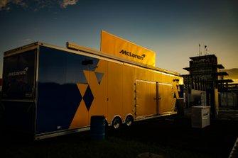 McLaren-Renntransporter in der Abendsonne
