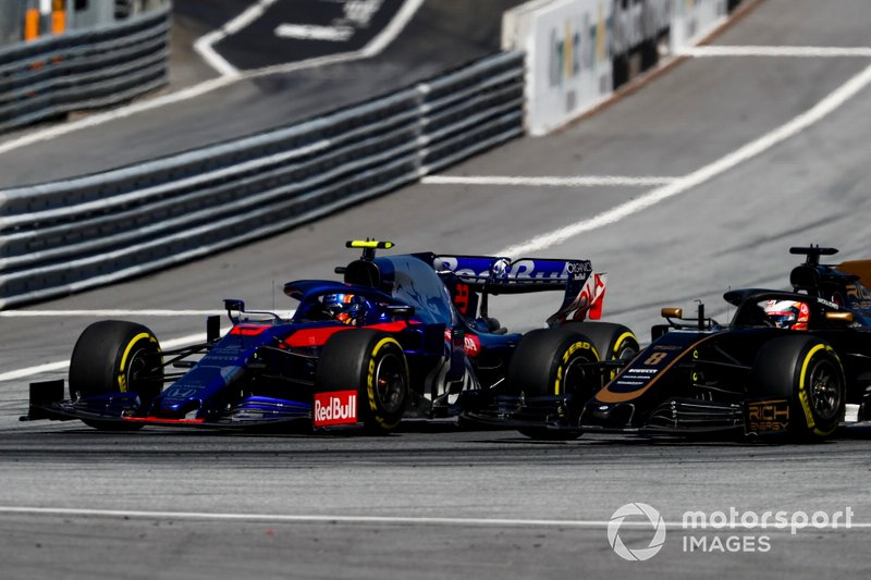 Alexander Albon, Toro Rosso STR14, battles with Romain Grosjean, Haas F1 Team VF-19