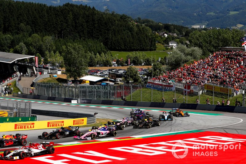 Pierre Gasly, Red Bull Racing RB15, leads Antonio Giovinazzi, Alfa Romeo Racing C38, Kevin Magnussen, Haas F1 Team VF-19, Sergio Perez, Racing Point RP19, Daniel Ricciardo, Renault F1 Team R.S.19, and the remainder of the field at the start