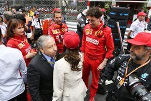 Jean Todt, President, FIA, Michelle Yeoh en Mattia Binotto, teambaas Ferrari, op de grid