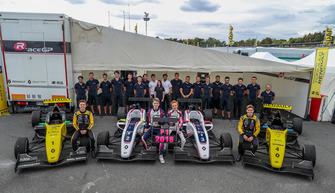 R-ACE GP takım fotoğrafı, Max Fewtrell, R-Ace G, Victor Martins, R-Ace G, Charles Milesi, R-Ace G, Logan Sargeant, R-Ace GP