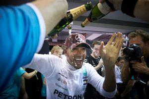 Lewis Hamilton, Mercedes AMG F1, 1° classificato, festeggia la vittoria con il team