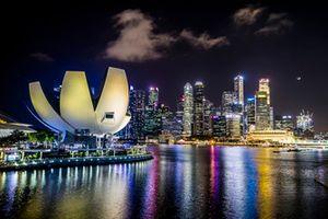 Lo skyline di Singapore visto da Marina Bay