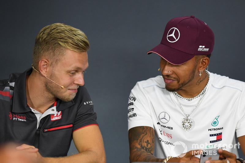 Kevin Magnussen, Haas F1 Team e Lewis Hamilton, Mercedes AMG F1, nella conferenza stampa
