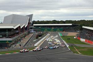 Start of the race, #7 Toyota Gazoo Racing Toyota TS050: Mike Conway, Kamui Kobayashi, Jose Maria Lopez leads