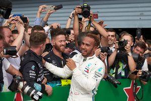 Lewis Hamilton, Mercedes AMG F1, fête sa victoire avec son équipe dans le Parc Fermé