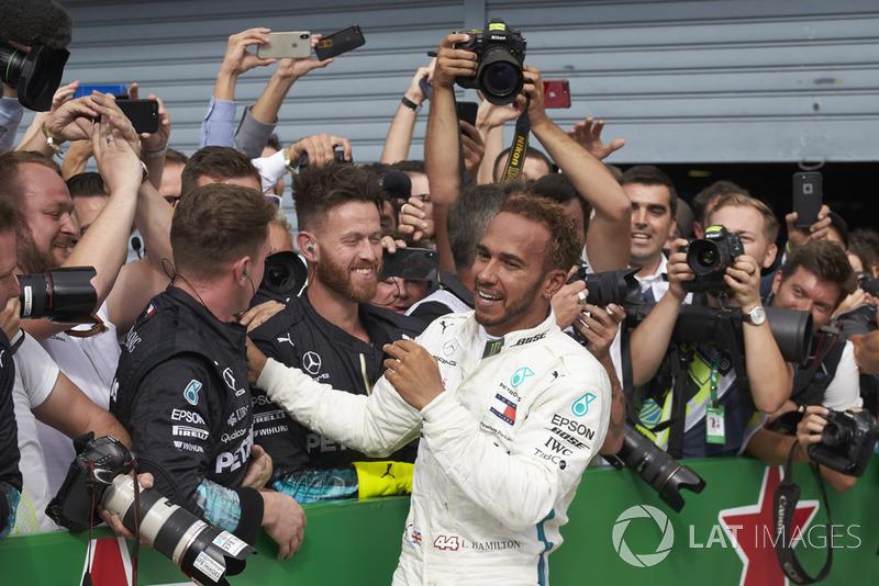 Lewis Hamilton, Mercedes AMG F1, radość z zespołem w parku zamkniętym