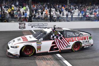 Brad Keselowski, Team Penske, Ford Fusion Discount Tire, festeggia la vittoria