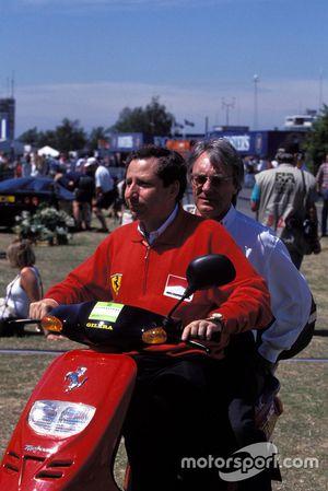 Jean Todt, Ferrari. Bernie Ecclestone monta en dos ruedas