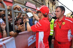 Sebastian Vettel, Ferrari signe des autographes