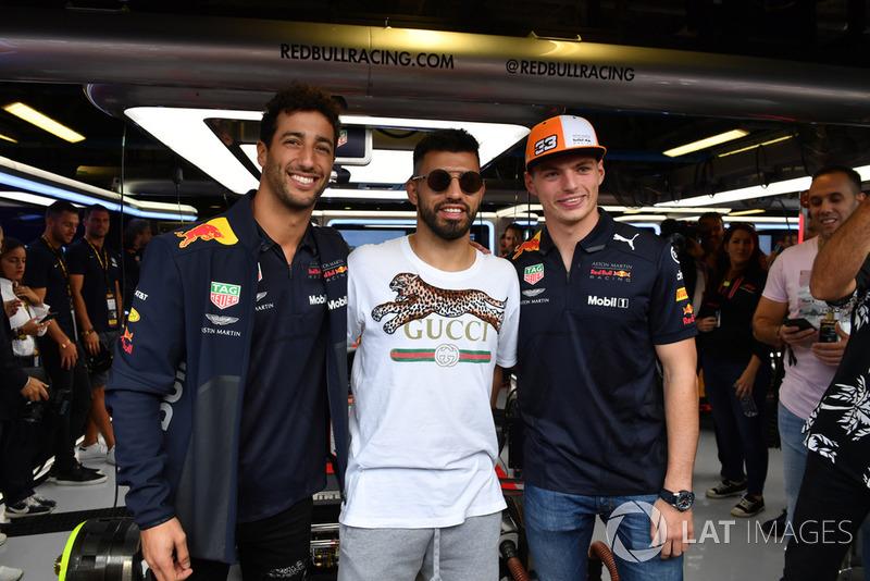 Sergio Aguero, con Daniel Ricciardo, Red Bull Racing y Max Verstappen, Red Bull Racing