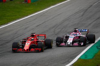 Sebastian Vettel, Ferrari SF71H, voor Sergio Perez, Racing Point Force India VJM11