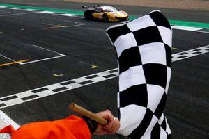 Ganador de la carrera GTE, #66 JMW Motorsport Ferrari F488 GTE: Liam Griffin, Alex MacDowall, Miguel Molina
