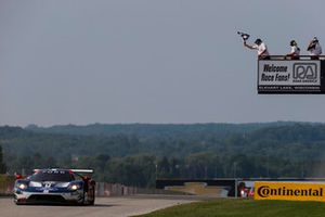 #67 Chip Ganassi Racing Ford GT, GTLM - Ryan Briscoe, Richard Westbrook, bandiera a scacchi
