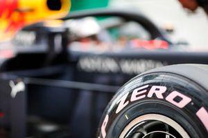Des pneus ultratendres sur la voiture de Max Verstappen, Red Bull Racing RB14