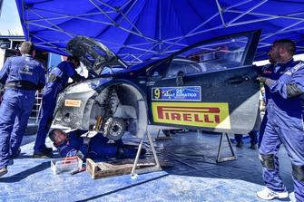 Meccanici Peugeot al lavoro sulla Peugeot 208 T16 R5 di Eerik Mikael Pietarinen e Juhana Robert Raitanen