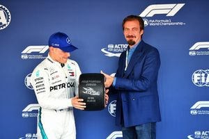 Valtteri Bottas, Mercedes AMG F1 krijgt de Pirelli Pole Position Award