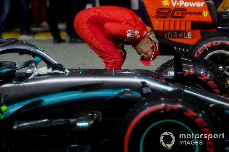 Sebastian Vettel, Ferrari, ispeziona l'auto diLewis Hamilton, Mercedes AMG F1 W10, al Parc Ferme