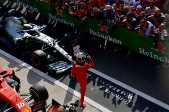 Ganador de la carrera Charles Leclerc, Ferrari, celebra en Parc Ferme