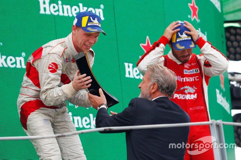 Podio: il vincitore della gara Larry ten Voorde, MRS GT-Racing