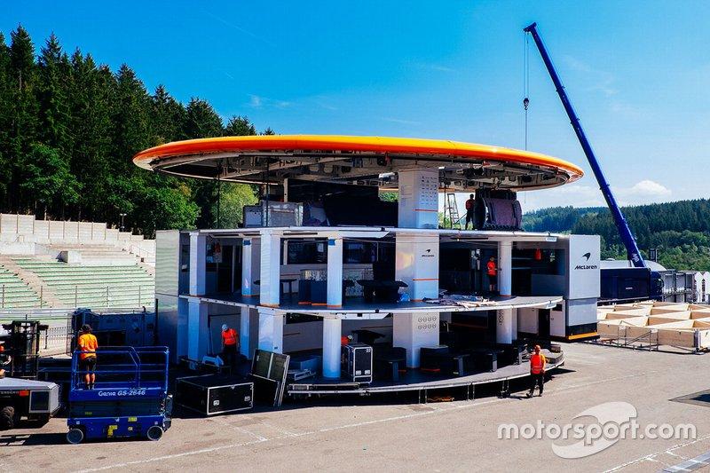 Моторхоум McLaren в процессе сборки