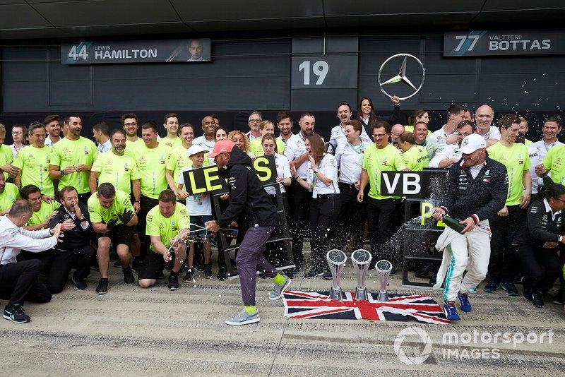 Lewis Hamilton, Mercedes AMG F1, 1st position, Valtteri Bottas, Mercedes AMG F1, 2nd position, and the Mercedes team celebrate