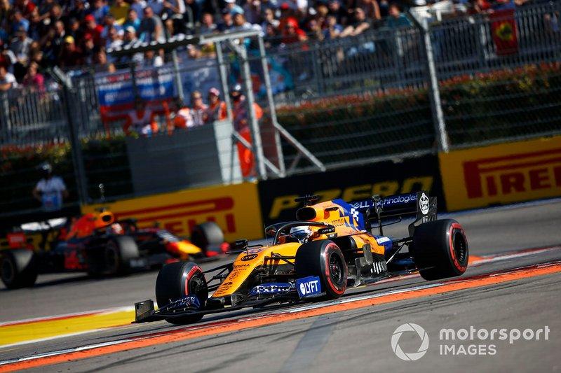 Carlos Sainz Jr., McLaren MCL34, devant Max Verstappen, Red Bull Racing RB15