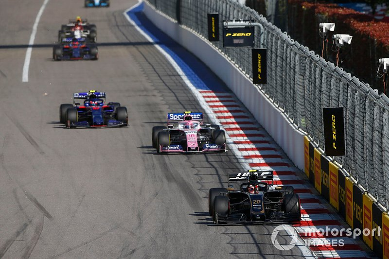 Kevin Magnussen, Haas F1 Team VF-19, precede Lance Stroll, Racing Point RP19, e Pierre Gasly, Toro Rosso STR14