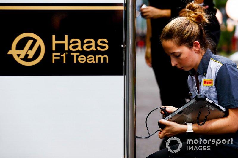 Un técnico de Pirelli trabaja con el equipo de Haas F1