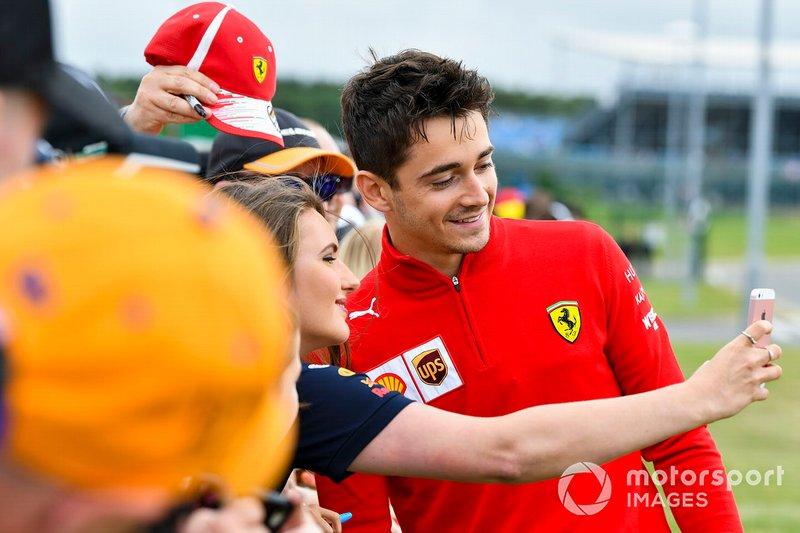 Charles Leclerc, Ferrari fa un selfie con un fan