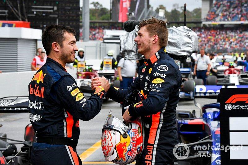 Il vincitore della gara Max Verstappen, Red Bull Racing, festeggia nel parco chiuso con il suo team