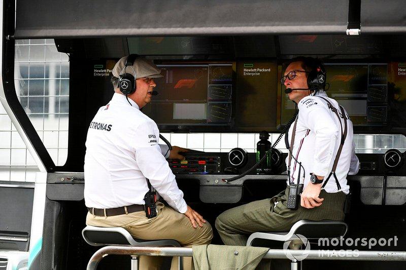 Спортивный директор Mercedes AMG F1 Рон Мидоуз и старший инженер Энди Шовлин