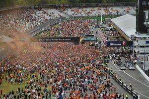 I tifosi invadono il circuito, dopo la gara