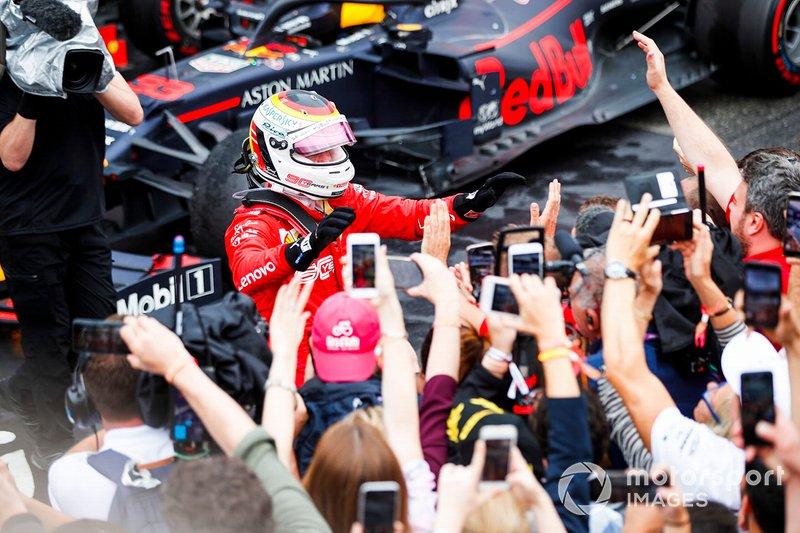 Sebastian Vettel, Ferrari, 2° classificato, festeggia nel parco chiuso