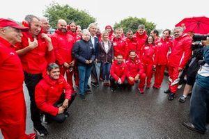 Jean Todt, Luca Cordero di Montezemolo e Corinna Schumacher con i meccanici Ferrari prima della celebrazione per Michael Schumacher