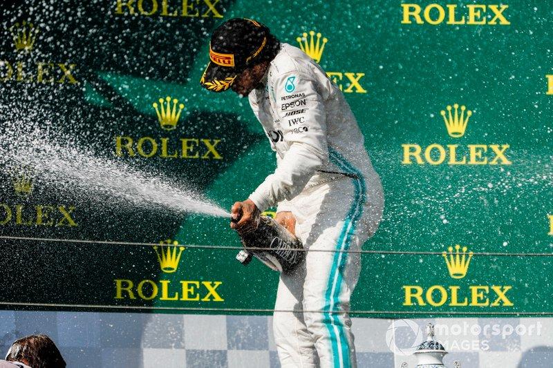 Lewis Hamilton, Mercedes, fête sa victoire au champagne sur le podium
