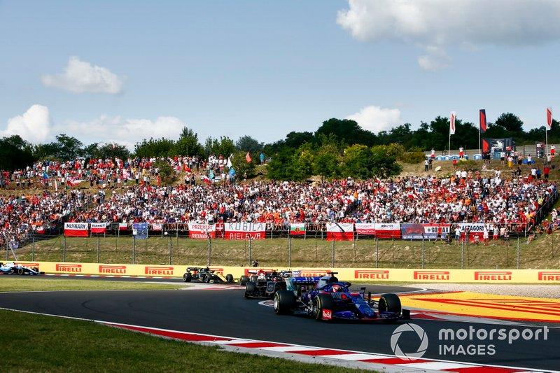 Daniil Kvyat, Toro Rosso STR14, precede Kevin Magnussen, Haas F1 Team VF-19