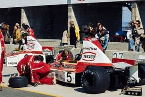 Emerson Fittipaldi, McLaren M23, Denny Hulme, McLaren M23