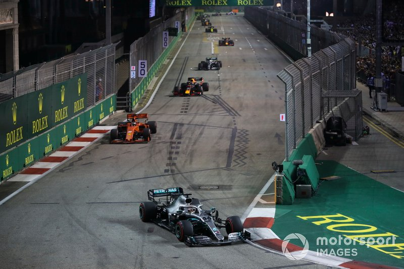 Lewis Hamilton, Mercedes AMG F1 W10, precede Sebastian Vettel, Ferrari SF90, Max Verstappen, Red Bull Racing RB15, e Valtteri Bottas, Mercedes AMG W10