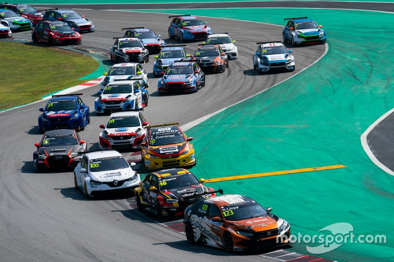 Daniel Lloyd, Brutal Fish Racing Team Honda Civic Type R comanda all'inizio della gara