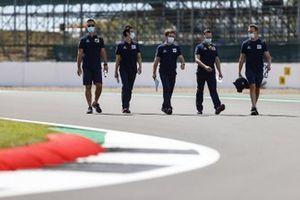 Daniil Kvyat, AlphaTauri walks the track with his engineers