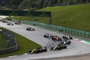 Esteban Ocon, Renault F1 Team R.S.20, voor Daniel Ricciardo, Renault F1 Team R.S.20, Pierre Gasly, AlphaTauri AT01, Lando Norris, McLaren MCL35, George Russell, Williams FW43, en de rest van het veld