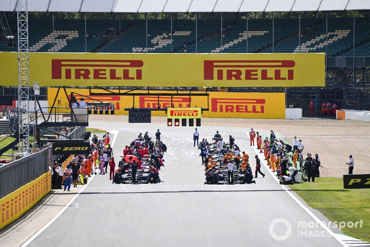 Los pilotos antes de la carrera en la parrilla