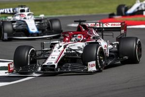 Kimi Raikkonen, Alfa Romeo Racing C39, George Russell, Williams FW43