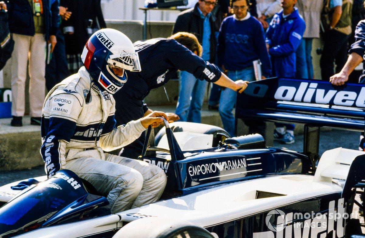 Elio de Angelis sentado en su Brabham BT55 BMW en los pits
