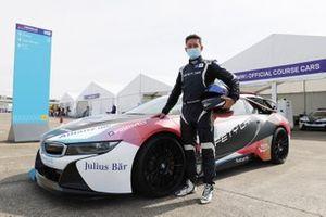 Le pilote de la voiture de sécurité BMW i8 Bruno Correia