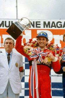 El ganador de la carrera John Watson, McLaren y Jean-Marie Balestre