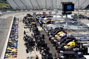 Una vista general de los automóviles en la parrilla antes de la carrera