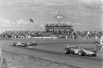 Bruce McLaren, McLaren M14A Ford, Henri Pescarolo, Matra MS120, y Mario Andretti, March 701 Ford