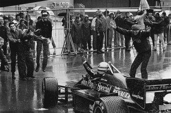 Ayrton Senna, Lotus 97T-Renault, celebra su victoria con Peter Warr, team manager